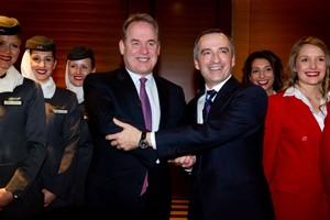 Ο Γενικός Διευθυντής των Αερογραμμών Virgin Blue Group, Mr John Borghetti (αριστερά) και ο  Γενικός Διευθυντής της Etihad Airways, Mr James Hogan (δεξιά).
