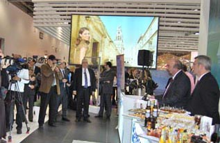 O κ. Σπύρος Γιαννιώτης με την κάμερα βιντεοσκοπεί την ομιλία του Υφυπουργού, στην WTM 2010