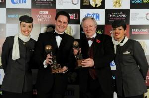 "Peter Baumgartner, Γενικός Εμπορικός Διευθυντής της Etihad (αριστερά), γιορτάζει τη βράβευση του τίτλου της ""Καλύτερης Αεροπορικής Εταιρείας στον Κόσμο"" και της "" Καλύτερης Πρώτης Θέσης στον Κόσμο"" στα World Travel Awards, με τον Graham Cooke, Πρόεδρο και Ιδρυτή των World Travel Awards (δεξιά) και μέλη του πληρώματος της Etihad."