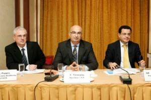 Από την συνέντευξη τύπου του ΞΕΕ στην Θεσσαλονίκη, o επιστημονικός διευθυντής του ΙΤΕΠ κ. Ρερές, στην μέση ο πρόεδρος του ΞΕΕ κ. Γ. Τσακίρης, ο Γενικός Διευθυντής του Ινστιτούτου καθηγητής κ. Διονύσης Χιόνης