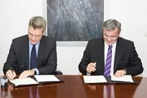 Ο κ. Γιάννης Παράσχης, Γενικός Διευθυντής του ΔΑΑ και ο κ. Νικόλαος Κανελλόπουλος, Πρόεδρος του Ε.Ο.Τ. υπογράφουν το μνημόνιο συνεργασίας