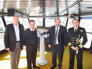 ο ιταλός πλοίαρχος του κρουαζιερόπλοιου Fantasia δείχνει στον υφυπουργό Πολιτισμού Τουρισμού τα χειριστίρια στη γέφυρα του πλοίου.