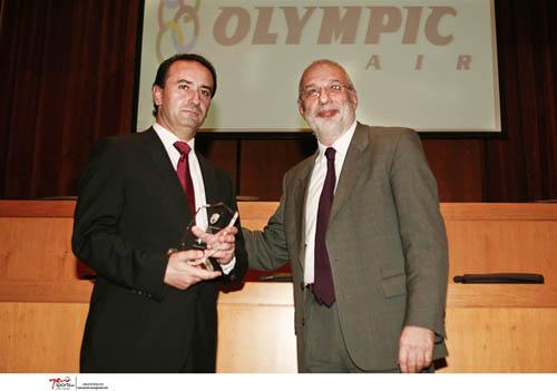 O Αναπληρωτής Διευθύνων Σύμβουλος της Olympic Air κ. Γεώργιος Ευστρατιάδης (αριστερά) παραλαμβάνει το βραβείο από τον  Δήμαρχο Χαλανδρίου κ. Γεώργιο Κουράση.