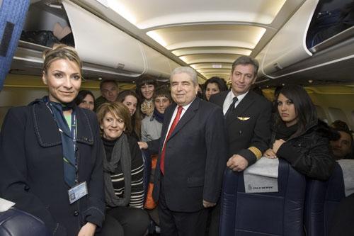 O πρόεδρος της Κυπριακής Δημοκρατίας κ. Δ. Χριστόφιας με τους μαθητές και καθηγητές από το Γυμνάσιο Λιβαδιών και Κιτίου, τον κυβερνήτη της πτήσης ΟΑ 430 κ. Μελέτη και την προϊσταμένη καμπίνας κ. Σχινά.