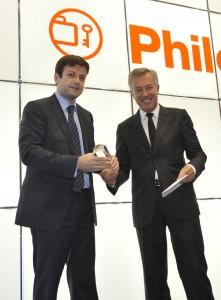 Από αριστερά, ο κ. Γ.Μπρούλιας, πρόεδρος της ΕΤΟΑΑ παραλαμβάνει το βραβείο από τον κ. Α. Ανδρεάδη πρόεδρο του ΣΕΤΕ