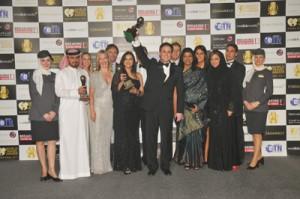 O Peter Baumgartner, Εμπορικός Διευθυντής της Etihad Airways, σηκώνει το βραβείο της Καλύτερης Αεροπορικής Εταιρείας στον Κόσμο, στην επίσημη τελετή των World Travel Awards 2011 που πραγματοποιήθηκαν στην Ντόχα του Κατάρ. Η εταιρεία έλαβε ακόμα το βραβείο για την  Καλύτερη Πρώτη Θέση στον Κόσμο και για την Καλύτερη Αεροπορική Εταιρεία στη Μέση Ανατολή.