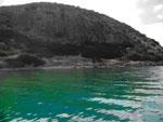 Το σπήλαιο Φράγχθι από τη θάλασσα. Άποψη από Βορειοδυτικά