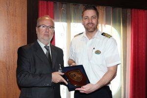 Σταύρος Χατζάκος με τον πλοίαρχο cpt. Henrik Loy