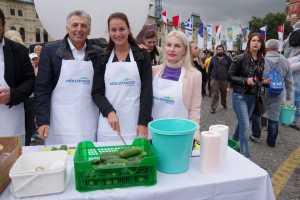 Ρεκόρ Guinness η ελληνική σαλάτα στην Κόκκινη Πλατεία της Μόσχας από τον Όμιλο Μουζενίδη και την Ellinair
