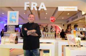 Ο Δημήτρης Σκαρμούτσος στo booth των κόμβων της Φρανκφούρτης και του Μονάχου όπου οι καλεσμένοι μπορούσαν να δοκιμάσουν αυθεντικές, παγωμένες γερμανικές μπύρες