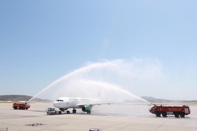 Άφιξη του αεροσκάφους της Germania στην Αθήνα έγινε δεκτή με την παραδοσιακή υδάτινη αψίδα στο αεροδρόμιο