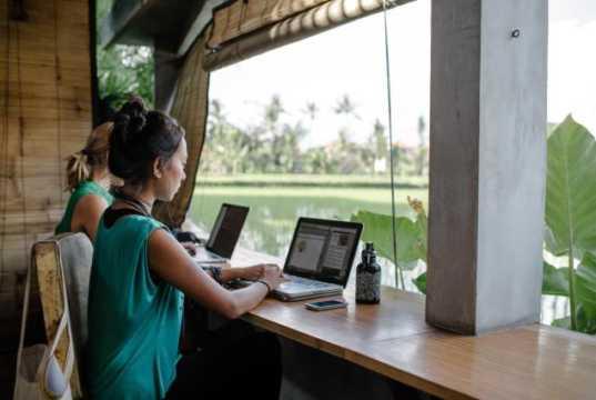 Περισσότεροι από τους μισούς εργαζόμενους δηλώνουν ότι η εργασία από απόσταση δίνει νέα ώθηση στη συγκέντρωσή τους