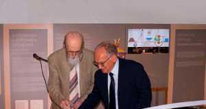 Οι καθηγητές Θεοδόσης Τάσιος και Ξενοφών Μουσάς στην κοπή της κορδέλας των εγκαινίων