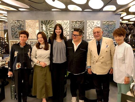 Η Υπουργός Τουρισμού Έλενα Κουντουρά με τον opinion leader της κορεατικής μόδας και ποπ μουσικής, κ. Kee Jeongyun, τον πρόεδρο της ST.Dupont Κορέας κ. Σταύρο Πιρούνη, την Πρέσβη της Ελλάδας στην Ν. Κορέα, Ιφιγένεια Κοντολέoντος.