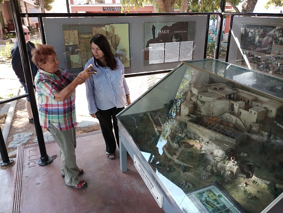 Η Γερμανίδα αρχαιολόγος - δημοσιογράφος κ. Renate Scheiper με την Προϊσταμένη του Επαρχείου Ιθάκης κ. Μαρία Ανδριανάτου.