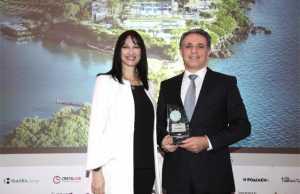 H κα Έλενα Κουντουρά, Αναπληρώτρια Υπουργός Τουρισμού παραδίδει το βραβείο TOP GREEK HOTEL στον κο Γιάννη Τσίχλη, Grecotel Marketing Director