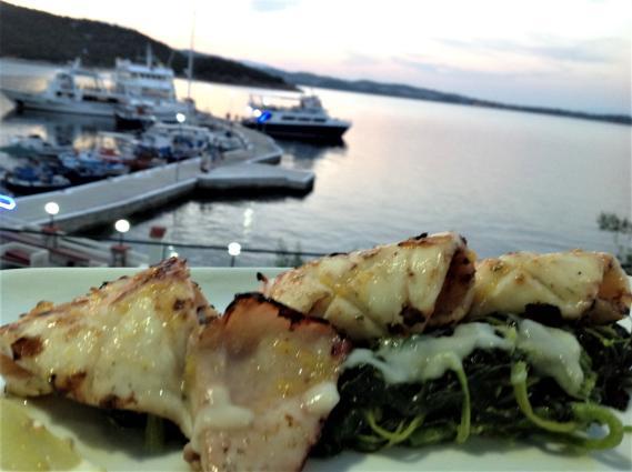 Φρέσκα Θράψαλα με άγρια χόρτα από τον Άθωνα, στο Fish Restaurant Ανεμότρατα της Αμμουλιανής