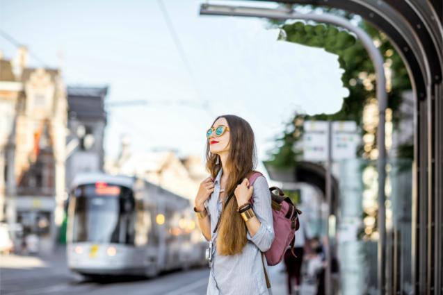 Η Brussels Airlines, πιστή στη δέσμευσή της να βελτιώνει τη φοιτητική εμπειρία των σπουδών στο εξωτερικό, δημιουργεί το πρόγραμμα b.student, ένα πακέτο πτήσεων που απευθύνεται σε όλους τους φοιτητές που σπουδάζουν στο εξωτερικό για τουλάχιστον 3 μήνες. Το πακέτο b.student περιλαμβάνει ένα εισιτήριο επιστροφής, τη δυνατότητα μεταφοράς αποσκευών συνολικού βάρους 58 κιλών, ευελιξία στην ημερομηνία επιστροφής, καθώς και 5 εκπτωτικά κουπόνια που προσφέρουν έκπτωση 20% στα εισιτήρια της κατηγορίας Light & Relax ή Flex & Fast. Κάθε φοιτητής που παρακολουθεί κάποιο πρόγραμμα σπουδών στο εξωτερικό διάρκειας τουλάχιστον 3 μηνών δικαιούται να εγγραφεί στο πρόγραμμα b.student και να επωφεληθεί από τα μοναδικά του προνόμια. Το πρόγραμμα b.student απευθύνεται τόσο στους φοιτητές που σπουδάζουν στο Βέλγιο όσο και στους Βέλγους φοιτητές που σπουδάζουν στο εξωτερικό. Οι φοιτητές που είναι εγγεγραμμένοι στο συγκεκριμένο πρόγραμμα δικαιούνται ένα εισιτήριο επιστροφής με πτήση που πραγματοποιείται με την Brussels Airlines από και προς το αεροδρόμιο των Βρυξελλών, καθώς και τους παρακάτω προορισμούς: Αλικάντε, Αθήνα, Βαρκελώνη, Βασιλεία, Βερολίνο, Μπιλμπάο, Μπιλούντ, Μπέρμιγχαμ, Μπολόνια, Μπορντό, Βρέμη, Εδιμβούργο, Φάρο, Φρανκφούρτη, Γενεύη, Γκρέτενγκ, Αμβούργο, Αννόβερο, Κρακοβία, Λισαβόνα, Λονδίνο, Λυών, Μαδρίτη, Μάλαγα, Μάντσεστερ, Μασσαλία, Μιλάνο, Λινάτε, Μιλάνο Μαλπένσα, Αγία Πετρούπολη, Σεβίλλη, Στοκχόλμη, Τουλούζη, Τορίνο, Βενετία, Βιέννη, Βίλνιους, Βαρσοβία, Ζάγκρεμπ. Οι φοιτητές που χρησιμοποιούν το πακέτο b.student δικαιούνται να ταξιδέψουν με αποσκευές συνολικού βάρους 58 κιλών. Πιο συγκεκριμένα μπορούν να μεταφέρουν δύο τεμάχια παραδοτέων αποσκευών μέγιστου βάρους 23 κιλών και μέγιστων διαστάσεων 158 cm η κάθε μία, καθώς και μία χειραποσκευή + ένα μικρό αξεσουάρ (συνολικό βάρος 12 κιλά). Το πρόγραμμα b.student προσφέρει στους φοιτητές ευελιξία στην ημερομηνία επιστροφής. Εφόσον χρειάζεται, οι φοιτητές που χρησιμοποιούν το συγκεκριμένο πρόγραμμα μπορούν να αλλάξουν την ημερ
