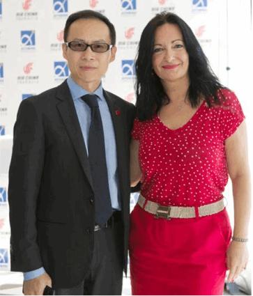 Ο κ. Φάν Χεγιούν, Γενικός Διευθυντής της Air China και η η Διευθύντρια Επικοινωνίας & Μάρκετινγκ ΔΑΑ, κ. Ιωάννα Παπαδοπούλου