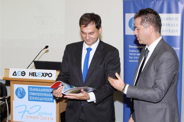 """Η συμμετοχή της Πανελλήνιας Ομοσπονδίας Ξενοδόχων στην 35η Διεθνή Έκθεση Τουρισμού Philoxenia στη Θεσσαλονίκη που ολοκληρώθηκε χθες με επιτυχία, σηματοδοτεί τον απολογισμό της φετινής χρονιάς και την προετοιμασία για τη νέα τουριστική σεζόν, με όλα τα βλέμματα να είναι στραμμένα στις πραγματικές προκλήσεις του 2020. Ήταν η δεύτερη συνεχή χρονιά που η ΠΟΞ συμμετείχε στη Philoxenia με δικό της σταντ στο περίπτερο 13 και φέτος συνέπεσε με τα γενέθλια των 70 χρόνων από την ίδρυσή της. Μαζί με τον απλό κόσμο, από εκεί πέρασαν όλοι οι άνθρωποι του δυναμικού κλάδου της ελληνικής οικονομίας - ξενοδόχοι, εργαζόμενοι και συνεργάτες - με την υπόσχεση να δώσουν και πάλι τον καλύτερό τους εαυτό ώστε να πετύχουμε μια ακόμη χρονιά - ορόσημο για τον ελληνικό τουρισμό. Ο Πρόεδρος κ. Γρηγόρης Τάσιος και τα μέλη του Δ.Σ. ευχαρίστησαν προσωπικά τους επισκέπτες για τις θετικές κριτικές τους σχετικά με το εντυπωσιακό στήσιμο του περιπτέρου, όπου μέσα από συγκινητικά φωτογραφικά """"κλικ"""" αναβίωσαν επτά ολόκληρες δεκαετίες σκληρής δουλειάς, αναγνώρισης και σημαντικών επιτυχιών. Κριτικές που όπως σημείωναν, δίνουν κουράγιο και δύναμη στον κλάδο για να συνεχίσει με θέρμη και μεράκι να προσφέρει στους τουρίστες ξεχωριστές και ποιοτικές υπηρεσίες. Στο περίπτερο έγινε και η επίσημη παρουσίαση του πρώτου τεύχους του περιοδικού Greek Hotelier Mag της ΠΟΞ που υλοποιήθηκε σε συνεργασία με τη Smart Press. Το πρωί της Παρασκευής κατά τη διάρκεια του Συμβουλίου των Προέδρων των Ξενοδοχειακών Ενώσεων ο κ. Τάσιος παρέδωσε ένα αντίτυπο στον υπουργό Τουρισμού κ. Χάρη Θεοχάρη με την προτροπή να αρθρογραφήσει στο επόμενο τεύχος, πρόταση την οποία και αποδέχθηκε με ευχαρίστηση και αφού μίλησε με τα καλύτερα λόγια για την έκδοση, ζήτησε να λαμβάνει και ο ίδιος το περιοδικό."""