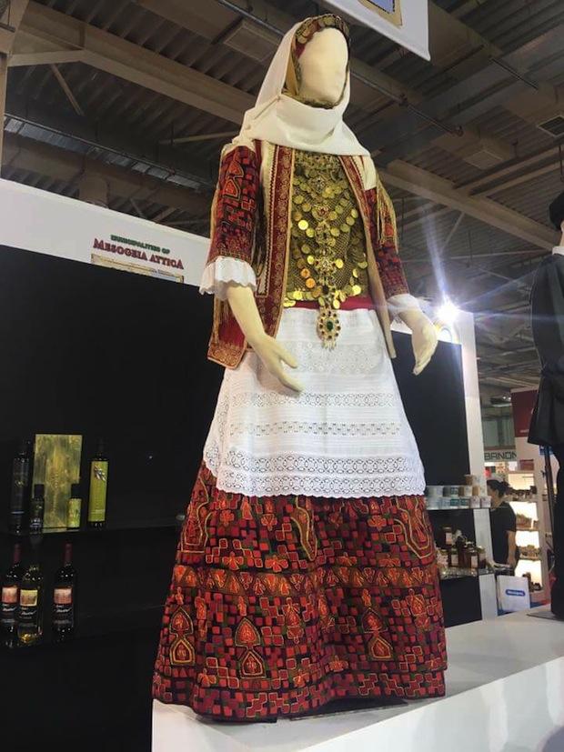 Η μεσογείτικη φορεσιά στο περίπτερο του Δήμου Σαρωνικού το 2019