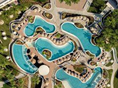 """Δίνοντας προτεραιότητα στην πράσινη ανάπτυξη και στην ενδυνάμωση των βέλτιστων οικολογικών πρακτικών στην ελληνική τουριστική αγορά, ο Όμιλος Ξενοδοχείων Mitsis Hotels πέτυχε μια ακόμη πολύ σημαντική διάκριση στον τομέα του βιώσιμου τουρισμού. Φέτος, και τα 16 ξενοδοχεία του Ομίλου έλαβαν το χρυσό βραβείο της διεθνούς πιστοποίησης Travelife Gold for Hotels & Accommodations, ακολουθώντας το περσινό επιτυχημένο παράδειγμα του Mitsis Blue Domes Resort & Spa στην Κω. Όλα τα ξενοδοχεία αξιολογήθηκαν ως προς την επίδοσή τους σε θέματα υπεύθυνης διαχείρισης των κοινωνικοοικονομικών και περιβαλλοντικών επιπτώσεων από τη λειτουργία τους. Μέσα από ένα λεπτομερές περιβαλλοντικό σχέδιο, τα ξενοδοχεία του Ομίλου κατάφεραν να ικανοποιήσουν με επιτυχία τα 163 κριτήρια βιωσιμότητας του Travelife που αφορούν τόσο περιβαλλοντικά όσο και κοινωνικά θέματα, όπως η μείωση της κατανάλωσης ενέργειας, αποβλήτων και νερού, καθώς και τις ενέργειες που αναλαμβάνει η επιχείρηση για την ευημερία των εργαζομένων, τη συνεργασία με την τοπική κοινωνία και τις επιχειρήσεις, την προστασία των τοπικών παραδόσεων και της άγριας φύσης. """"Ο Όμιλος Mitsis Hotels προσανατολίζεται στις τοπικές κοινωνίες και στη δύναμή τους να γεννούν μοναδικές αυθεντικές εμπειρίες. Αναπτύσσουμε το δικό μας κομμάτι Εταιρικής Κοινωνικής Ευθύνης, ενδιαφερόμαστε για τη βιωσιμότητα και σεβόμαστε τα ανθρώπινα δικαιώματα ανταποκρινόμενοι στις διεθνείς τάσεις και στο σύγχρονο επισκέπτη που έχει ανεπτυγμένη κοινωνική νοημοσύνη και περιβαλλοντική συνείδηση. Είμαστε πλέον υπόλογοι για τον αντίκτυπο της δράσης μας στο φυσικό περιβάλλον και στην ποιότητα ζωής"""", ανέφερε ο Σταύρος Μήτσης, Διευθύνων Σύμβουλος του Ομίλου. Οι ενέργειες που ανέλαβαν τα ξενοδοχεία του Ομίλου στο πλαίσιο της πιστοποίησης είναι οι εξής: 1. Εξοικονόμηση ενέργειας με αντικατάσταση των συμβατικών λαμπτήρων των ξενοδοχείων με λαμπτήρες χαμηλής κατανάλωσης led, xρήση φωτοκυττάρων σε κοινόχρηστους χώρους και αντικατάσταση των καυστήρων πετρελαίου και υγραερίου με αντλί"""