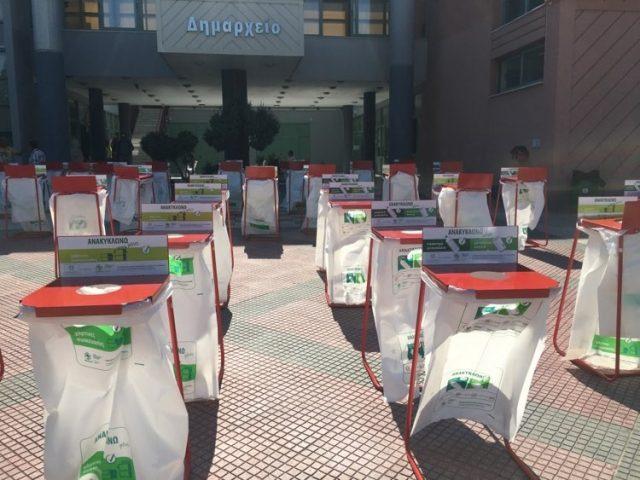 Παράδοση απορριμματοφόρου και κάδων ανακύκλωσης στον Δήμο Σαρωνικού από τον Περιφερειάρχη Αττικής